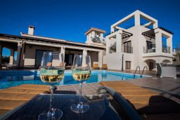 Фасад дома. Кипр, Пейя : Роскошная вилла с бассейном и джакузи, 6 спален, 5 ванных комнат, барбекю, патио, парковка, Wi-Fi