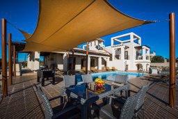 Зона отдыха у бассейна. Кипр, Пейя : Роскошная вилла с бассейном и джакузи, 6 спален, 5 ванных комнат, барбекю, патио, парковка, Wi-Fi