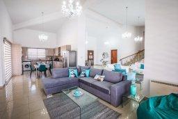 Гостиная. Кипр, Пейя : Роскошная вилла с бассейном и джакузи, 6 спален, 5 ванных комнат, барбекю, патио, парковка, Wi-Fi