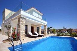 Фасад дома. Кипр, Хлорака : Прекрасная вилла с бассейном и зеленым двориком с барбекю, 100 метров до пляжа, 3 спальни, 3 ванные комнаты, парковка, Wi-Fi