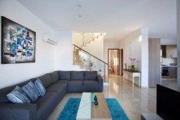 Гостиная. Кипр, Хлорака : Прекрасная вилла с бассейном и зеленым двориком с барбекю, 100 метров до пляжа, 3 спальни, 3 ванные комнаты, парковка, Wi-Fi