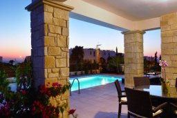 Зона отдыха у бассейна. Кипр, Хлорака : Прекрасная вилла с бассейном и зеленым двориком с барбекю, терраса на крыше с видом на море, 3 спальни, 2 ванные комнаты, парковка, Wi-Fi