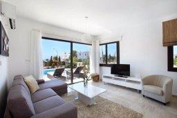 Гостиная. Кипр, Хлорака : Прекрасная вилла с бассейном и зеленым двориком с барбекю, терраса на крыше с видом на море, 3 спальни, 2 ванные комнаты, парковка, Wi-Fi