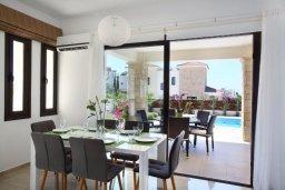 Обеденная зона. Кипр, Хлорака : Прекрасная вилла с бассейном и зеленым двориком с барбекю, терраса на крыше с видом на море, 3 спальни, 2 ванные комнаты, парковка, Wi-Fi