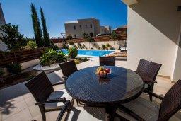 Обеденная зона. Кипр, Хлорака : Прекрасная вилла с бассейном и двориком с барбекю, терраса на крыше с видом на море, 3 спальни, ванные комнаты, парковка, Wi-Fi