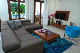 Гостиная. Кипр, Афродита Хиллз : Роскошная вилла с бассейном и зеленым двориком с барбекю, 4 спальни, 4 ванные комнаты, парковка, Wi-Fi