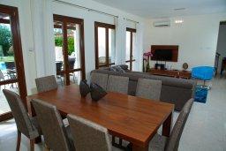 Обеденная зона. Кипр, Афродита Хиллз : Роскошная вилла с бассейном и зеленым двориком с барбекю, 4 спальни, 4 ванные комнаты, парковка, Wi-Fi