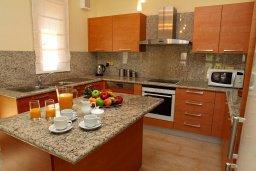 Кухня. Кипр, Афродита Хиллз : Роскошная вилла с бассейном и зеленым двориком с барбекю, 5 спальни, 5 ванных комнат, парковка, Wi-Fi