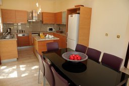 Обеденная зона. Кипр, Афродита Хиллз : Роскошная вилла с бассейном и зеленым двориком с барбекю, 5 спальни, 5 ванных комнат, парковка, Wi-Fi