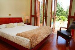 Спальня. Кипр, Афродита Хиллз : Роскошная вилла с бассейном и зеленым двориком с барбекю, 5 спальни, 5 ванных комнат, парковка, Wi-Fi