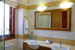 Ванная комната. Кипр, Афродита Хиллз : Роскошная вилла с бассейном и зеленым двориком с барбекю, 5 спальни, 5 ванных комнат, парковка, Wi-Fi