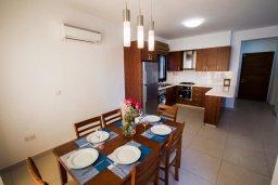 Кухня. Кипр, Хлорака : Роскошная вилла в 100 метрах от пляжа, с бассейном и двориком с барбекю, 3 спальни, 3 ванные комнаты, парковка, Wi-Fi