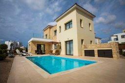 Фасад дома. Кипр, Хлорака : Роскошная вилла с бассейном и зеленым двориком с барбекю, 3 спальни, 3 ванные комнаты, парковка, Wi-Fi