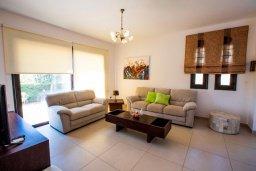 Гостиная. Кипр, Хлорака : Роскошная вилла с бассейном и зеленым двориком с барбекю, 3 спальни, 2 ванные комнаты, парковка, Wi-Fi