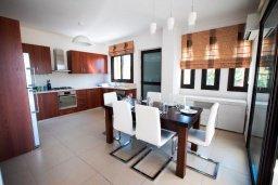Кухня. Кипр, Хлорака : Роскошная вилла с бассейном и зеленым двориком с барбекю, 3 спальни, 2 ванные комнаты, парковка, Wi-Fi