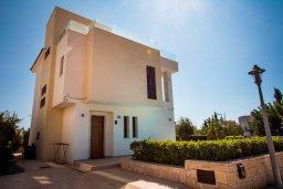 Фасад дома. Кипр, Хлорака : Роскошная вилла с бассейном и зеленым двориком с барбекю, 3 спальни, 2 ванные комнаты, парковка, Wi-Fi