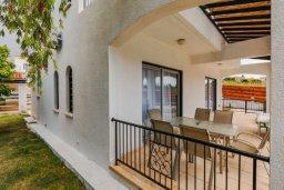 Терраса. Кипр, Корал Бэй : Прекрасная вилла с 4 спальнями, с приватным бассейном, тенистой террасой с патио и барбекю, расположена у пляжа Corallia Beach