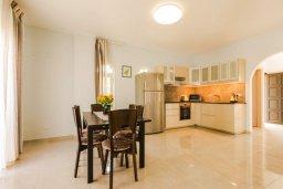 Кухня. Кипр, Корал Бэй : Прекрасная вилла с 4 спальнями, с приватным бассейном, тенистой террасой с патио и барбекю, расположена у пляжа Corallia Beach