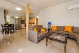 Гостиная. Кипр, Корал Бэй : Прекрасная вилла с 4 спальнями, с приватным бассейном, тенистой террасой с патио и барбекю, расположена у пляжа Corallia Beach