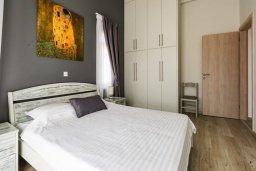Спальня. Кипр, Корал Бэй : Прекрасная вилла с 4 спальнями, с приватным бассейном, тенистой террасой с патио и барбекю, расположена у пляжа Corallia Beach