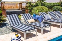 Зона отдыха у бассейна. Кипр, Пейя : Прекрасная вилла с бассейном и зеленым двориком с джакузи, 3 спальни, 2 ванные комнаты, парковка, Wi-Fi