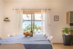 Обеденная зона. Кипр, Пейя : Очаровательная вилла с видом на Средиземное море и горы, с 3-мя спальнями, 2-мя ванными комнатами, с бассейном и зелёным двориком с джакузи, патио и барбекю