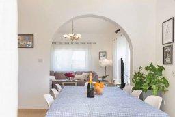 Обеденная зона. Кипр, Пейя : Прекрасная вилла с бассейном и зеленым двориком с джакузи, 3 спальни, 2 ванные комнаты, парковка, Wi-Fi