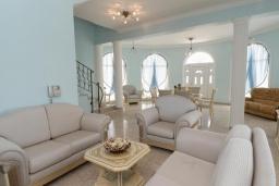 Гостиная. Кипр, Ионион - Айя Текла : Роскошная вилла с 4-мя спальнями, с бассейном, джакузи и солнечной террасой с патио, в окружении зелёного сада
