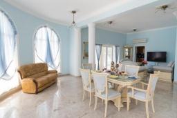 Обеденная зона. Кипр, Ионион - Айя Текла : Роскошная вилла с 4-мя спальнями, с бассейном, джакузи и солнечной террасой с патио, в окружении зелёного сада
