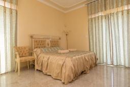 Спальня. Кипр, Ионион - Айя Текла : Роскошная вилла с 4-мя спальнями, с бассейном, джакузи и солнечной террасой с патио, в окружении зелёного сада
