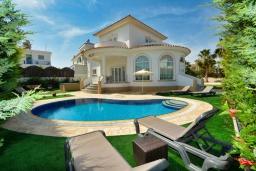 Вид на виллу/дом снаружи. Кипр, Ионион - Айя Текла : Роскошная вилла с 4-мя спальнями, с бассейном, джакузи и солнечной террасой с патио, в окружении зелёного сада