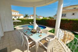 Терраса. Кипр, Ионион - Айя Текла : Роскошная вилла с 4-мя спальнями, с бассейном, джакузи и солнечной террасой с патио, в окружении зелёного сада