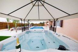 Зона отдыха у бассейна. Кипр, Корал Бэй : Фантастическая вилла с 5-ю спальнями, 4-мя ванными комнатами, бассейном, джакузи, детской площадкой, бильярдом, настольным теннисом, расположена в самом сердце Coral Bay