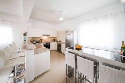 Кухня. Кипр, Корал Бэй : Фантастическая вилла с 5-ю спальнями, 4-мя ванными комнатами, бассейном, джакузи, детской площадкой, бильярдом, настольным теннисом, расположена в самом сердце Coral Bay