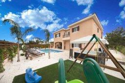 Фасад дома. Кипр, Корал Бэй : Фантастическая вилла с 5-ю спальнями, 4-мя ванными комнатами, бассейном, джакузи, детской площадкой, бильярдом, настольным теннисом, расположена в самом сердце Coral Bay