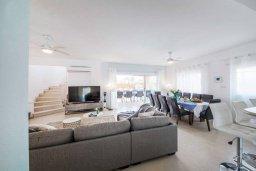 Гостиная. Кипр, Корал Бэй : Фантастическая вилла с 5-ю спальнями, 4-мя ванными комнатами, бассейном, джакузи, детской площадкой, бильярдом, настольным теннисом, расположена в самом сердце Coral Bay