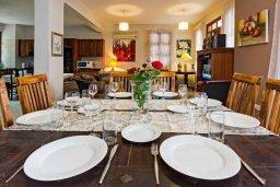 Обеденная зона. Кипр, Лисос : Прекрасная вилла с бассейном и двориком с барбекю, 5 спален, 5 ванных комнат, парковка, Wi-Fi