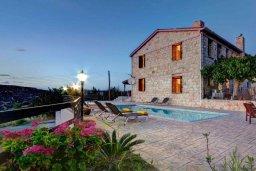 Фасад дома. Кипр, Лисос : Прекрасная вилла с бассейном и двориком с барбекю, 5 спален, 5 ванных комнат, парковка, Wi-Fi