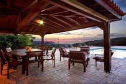 Терраса. Кипр, Лисос : Прекрасная вилла с бассейном и двориком с барбекю, 5 спален, 5 ванных комнат, парковка, Wi-Fi