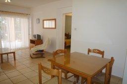 Обеденная зона. Кипр, Пафос город : Апартамент в комплексе с бассейном, с гостиной, отдельной спальней и большим балконом