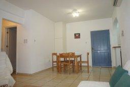 Гостиная. Кипр, Пафос город : Апартамент в комплексе с бассейном, с гостиной, отдельной спальней и большим балконом