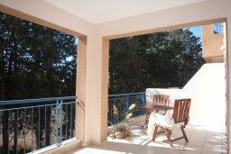 Балкон. Кипр, Пафос город : Апартамент в комплексе с бассейном, с гостиной, отдельной спальней и большим балконом