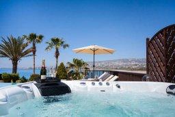 Зона отдыха у бассейна. Кипр, Киссонерга : Роскошная вилла с фантастическим видом на Средиземное море, с 5-ю спальнями, 3-мя ванными комнатами, с бассейном, джакузи, патио, настольным теннисом, расположена всего в двух шагах от пляжа Potima Beach