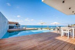 Бассейн. Кипр, Киссонерга : Роскошная современная вилла с фантастическим панорамным видом на море, с 6-ю спальнями, 4-мя ванными комнатами, бассейном, джакузи и бильярдом, расположена на берегу моря