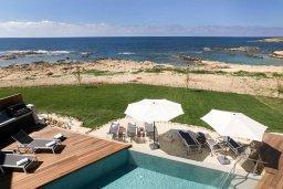 Зона отдыха у бассейна. Кипр, Киссонерга : Роскошная современная вилла с фантастическим панорамным видом на море, с 6-ю спальнями, 4-мя ванными комнатами, бассейном, джакузи и бильярдом, расположена на берегу моря