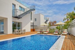 Фасад дома. Кипр, Пернера Тринити : Шикарная вилла с видом на Средиземное море, с 3-мя спальнями, с бассейном, солнечной меблированной террасой на крыше с джакузи, расположена около пляжа Trinity Beach