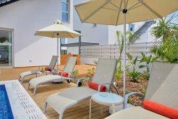 Зона отдыха у бассейна. Кипр, Пернера Тринити : Шикарная вилла с видом на Средиземное море, с 3-мя спальнями, с бассейном, солнечной меблированной террасой на крыше с джакузи, расположена около пляжа Trinity Beach