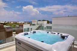 Терраса. Кипр, Пернера Тринити : Шикарная вилла с видом на Средиземное море, с 3-мя спальнями, с бассейном, солнечной меблированной террасой на крыше с джакузи, расположена около пляжа Trinity Beach