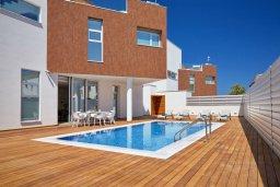 Фасад дома. Кипр, Пернера Тринити : Современная вилла с видом на Средиземное море, с 3-мя спальнями, с бассейном, солнечной меблированной террасой на крыше с джакузи, расположена в прекрасном тихом районе Ayia Triada около пляжа Trinity Beach