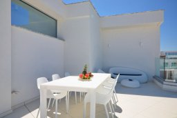 Терраса. Кипр, Пернера Тринити : Современная вилла с видом на Средиземное море, с 3-мя спальнями, с бассейном, солнечной меблированной террасой на крыше с джакузи, расположена в прекрасном тихом районе Ayia Triada около пляжа Trinity Beach